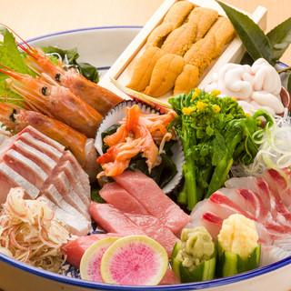 活きの良さに自信あり。鮮魚が並ぶカウンターに注目