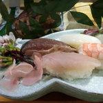 みしま - 生ビールセットのにぎり寿司です。桜の花を添えてくれました。