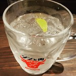 東京餃子 あかり - 餃子専用サワー。ブラックペッパーがまぶされている