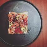 タイムピース カフェ - 生ハム、紫キャベツ、クリームチーズのオープンサンド