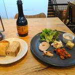 ライフ シー - 料理写真:前菜プレートとパン