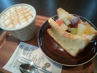 グリーン ビーンズ カフェ - たっぷりフルーツのシフォンサンドとキャラメルカフェラテ