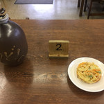 73564177 - 出汁が入った徳利  木札  かき揚げ天ぷら