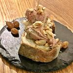 ムロマチカフェハチ - 自家製レバームースとドライフルーツ(税抜280円)