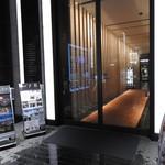 銀座 すし四季 - 店舗がある銀座888ビルの中央通り沿いの1階入り口です。