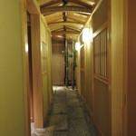 銀座 すし四季 - 一般客用カウンター席の入り口の通路です。とても雰囲気のある内装でした。