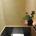 銀座 すし四季 - 女性用トイレ内の様子です。トイレ内も非常に綺麗な感じになっていました。