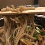 乱切り蕎麦 浜寅 - こってり豚肉南蛮980円の蕎麦のアップ