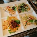 シェフズ ライブ キッチン - 左上、タラモサラダ 右上、揚げナスと水菜のサラダ