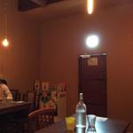 喫茶ラクタ - 1階店内は、昼間でもかなりの暗さ。