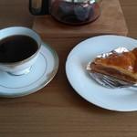 五島軒 - アップルパイをコーヒーと共に頂きます。