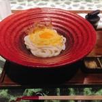 つるとんたん UDON NOODLE Brasserie - 釜玉のおうどん(1玉) @880円 お決まりの大鉢にちょこんと上品に盛られた、何だかよそ行き仕様な釜玉うどん。