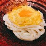 つるとんたん UDON NOODLE Brasserie - 釜玉のおうどん(1玉) @880円 卵はプルプルで、麺はツヤツヤ。雰囲気だけじゃない、きちんとおいしいおうどん。