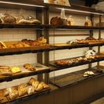 CALVA - 店内左パン棚
