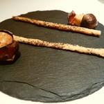 銀座 レカン - ケシの実をまとわした棒状パイ 栗殻に入れた塩味のケーキ
