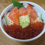 郷土料理 奈辺久 - 姫鱒とイクラ丼(ハーフ)