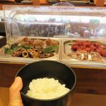 雲丹と海老の専門店 魚魚魚 - 好きなだけよそいだご飯の上にどんどんお刺身を搭載していきます。