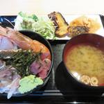 雲丹と海老の専門店 魚魚魚 - 刺身のみ1回盛り放題で、ご飯・味噌汁・サラダ・漬物・惣菜はおかわり自由となっています。