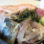 雲丹と海老の専門店 魚魚魚 - 『名物!勝手に海鮮丼定食』は、男女一律850円。