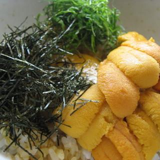 名物!【うにご飯】2002年の開業当初から人気のうにご飯。