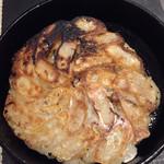 博多あじ処 はす屋 - 鉄鍋餃子です。