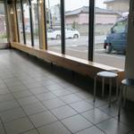 鶴亀堂 - 店内のウェイティングスペース