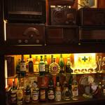 ザ・ホフブロウ - 毛べ際にはクラシックなラジオが沢山