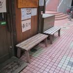 中華そば 幻六 - 店外のウェイティングスペース