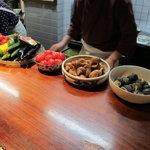 大入亭 - カウンターには美味そうな料理が並んでます