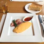 73626307 - プレーンオムレツと国産豚ベーコンのソテー 厚切りバタートースト添え