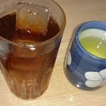 とみや - お茶と定食に付くドリンク。ウーロン茶にしました。