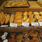 73626678 - 店頭に並ぶパン達
