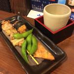 蔵元豊祝 - 「豊祝セット」(500円)。270円の日本酒(または生ビール)とおつまみ4品。