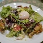 東京パリ食堂 - 前菜 鶏のコンフィとレバーのサラダ温玉のせ