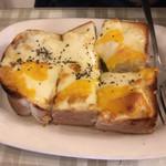 喫茶萩 - チーズトースト(450円税込)は、3センチを超える大きめのトーストに2種のチーズがタップリ。