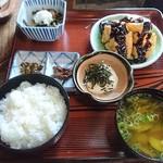 三春茶屋 - 「デコ屋敷定食」。田舎料理ばかりだが、値段は超高級品