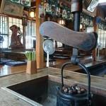 三春茶屋 - 店内は重厚なテーブル席と座敷席