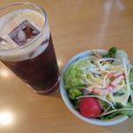 ダブズグリル - アイスコーヒー、サラダ