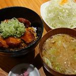 矢場とん - ヒレ味噌カツ丼、豚汁