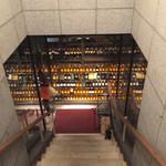 ワインハウス 南青山 - 階段下にもワインが並んでいます