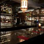 ワインハウス 南青山 - シャンデリアと大理石のカウンター