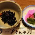 とん平 - 定食の小鉢と香の物。