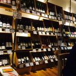 テイスティングバー 柴田屋酒店 - たくさんのワインが売られています