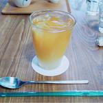 cafeZ - これはグレープフルーツティ。あっさりしたグレープフルーツジュースという感じ。洋梨のスライスが入っている。