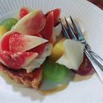 cafeZ - タルトの上にはイチジク、周りにピオーネ、マスカット、和梨、洋梨がちりばめられて上から蜂蜜がかけられてる。蜂蜜コクがあって美味しい!