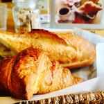 73648369 - モーニングのパンはクロワッサンとバゲット。