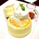カフェ ドゥ パリ - ホイップクリームとメープルシロップも美味しい!