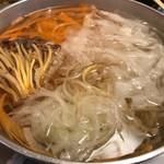 つるよし - 鍋に入れた野菜。野菜は薄くスライスされているので肉で巻いてうまうまー(*•̀ᴗ•́*)و ̑̑