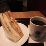 エクセルシオールカフェ - ハニーマスタードチキンサンドとコーヒー(S)