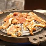 松尾ジンギスカン - 先に肉を投入。